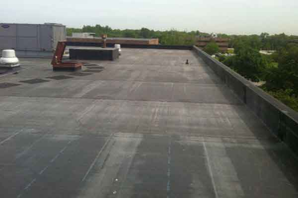 A flat rubber roof covering a commerical building